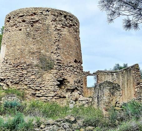 Tanto la torre como la vivienda anexa, cuyos orígenes se remontan a 1568, se encuentran en un estado de ruina total, repleto de escombros y a punto de venirse abajo. Foto: LINA COSTA