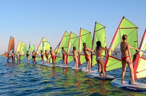 La Escuela de Vela de Formentera realiza actividades deportivas durante todo el año para los residentes en la isla.