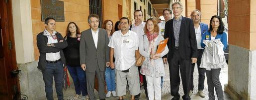 Los diputados Xavier Pericay y Olga Ballester llegando al Parlament acompañados de varios representantes de las organizaciones sindicales más representativas del sector sanitario público que exigen el pago de la carrera profesional.