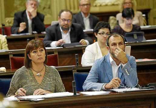 Armengol y Barceló durante el pleno de ayer en el Parlament.