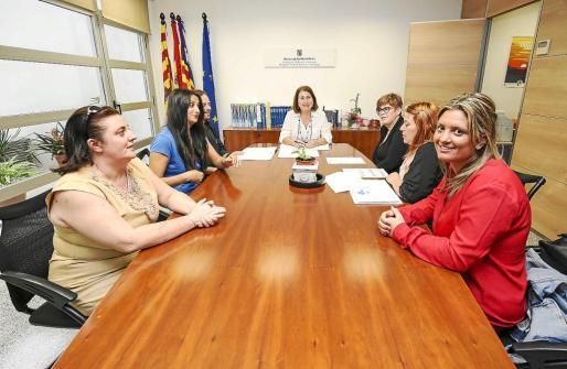La delegada de Educación se reunió ayer con los padres de Can Bonet.