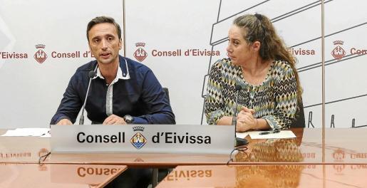 José Luis Jofrè, presidente de Adima, ayer durante su intervención en el Consell junto a Viviana de Sans.