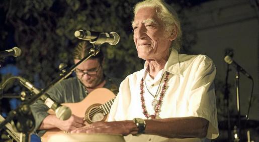 El cantante peruano demostró estar en plena forma a sus 82 años y cantó, actuó y lo dio todo sobre el escenario de Las Dalias.