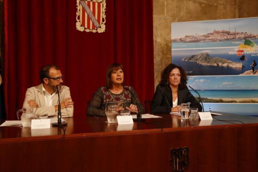 La presidenta de las Islas Baleares, Francina Armengol, el vicepresidente y conseller de Innovación, Investigación y Turismo, Biel Barceló, y la consellera de Hacienda y Administraciones Públicas, Catalina Cladera, han presentado en rueda de prensa el borrador de este nuevo impuesto.
