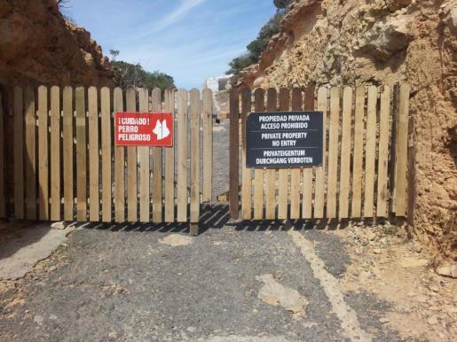 Imagen tomada la semana pasada de la valla que impide el acceso al camino que lleva a Tagomago.