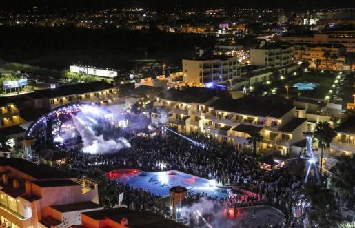 La fiesta de cierre del Ushuaïa Ibiza Beach Hotel se celebró el pasado día 4 con mucha afluencia de público. Foto: ARGUIÑE ESCANDÓN