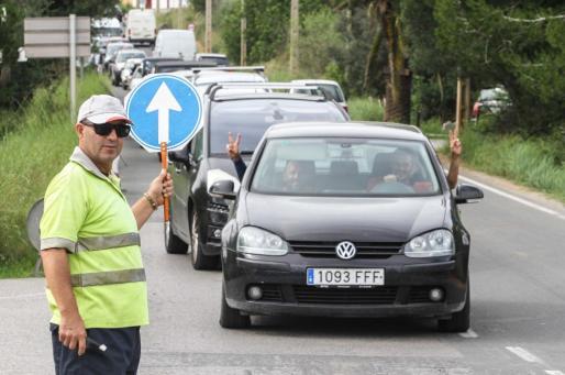Las obras de mejora en el tramo de salida de Santa Eulària hacia Cala Llonga produjeron ayer retenciones de tráfico en el cruce de Siesta y la zona de Can Ramon.