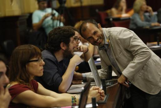 Alberto Jarabo, líder de Podemos Balears, y el vicepresidente del Govern, Biel Barceló, conversan en el Parlament.