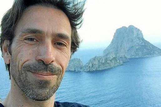 Jorge J. Coello en una fotografía junto a es Vedrá, uno de los lugares más misteriosos de Eivissa.