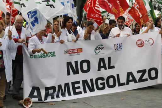 Los sindicatos médicos se han concentrado este miércoles por la tarde ante la Conselleria de Salud, dentro de su calendario de movilizaciones para la recuperación del pago de la carrera profesional sanitaria.