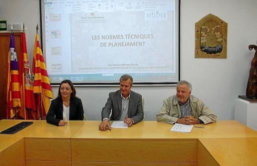 Alejandra Ferrer, Joan Boned y Lluis Corral en las jornadas urbanísticas celebradas ayer en Formentera.