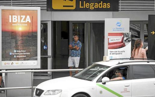 Los taxistas pirata esperan en la puerta de llegadas del aeropuerto para captar a los turistas y así evitar que lleguen a la cola de taxis oficiales. Foto: DANIEL ESPINOSA