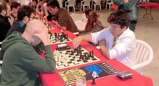 El peruano Jhoel García, con negras, se prepara para mover una pieza durante la séptima ronda del campeonato.