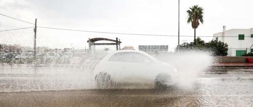La tormenta que afectó ayer la totalidad de las Pitiüses se tradujo en grandes registros de agua acumulada, que convierten este octubre en un mes catalogado como lluvioso. Vila fue una de las zonas donde más agua cayó durante el día. Foto: ARGUIÑE ESCANDÓN
