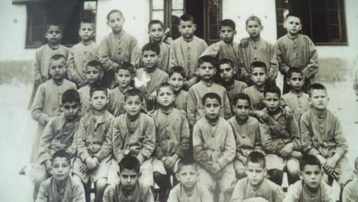 Luis (el cuarto de la primera fila por la izquierda) durante su estancia en la casa de la Caridad de Barcelona hace casi ochenta años. Foto: Familia de L. Álvarez Alonso