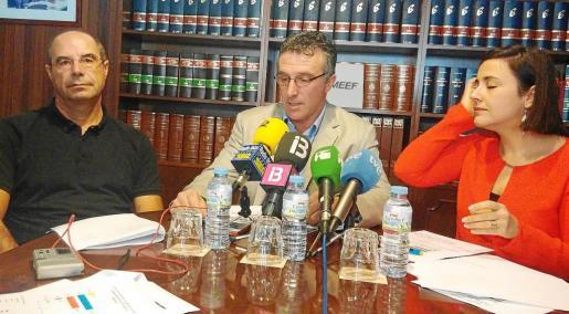 Los responsables de la Pimeef Joan Costa, Alfonso Rojo y Mari Angels Marí, ayer en la sede de la federación.