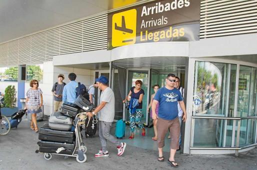 Imagen de archivo de turistas llegando al aeropuerto de Eivissa esta temporada.