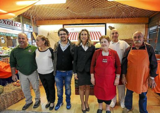 Algunos de los comerciantes, junto con Carmen Ferrer y el creador de la web. Foto: ARGUIÑE ESCANDÓN