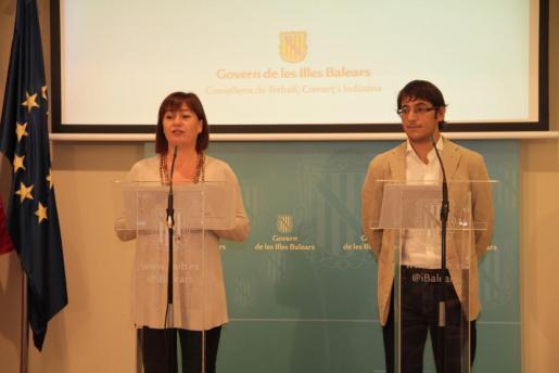 La presidenta del Govern, Francina Armengol, y el conseller de Trabajo, Iago Negueruela, en rueda de prensa.