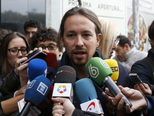 El líder de Podemos, Pablo Iglesias, atiende a los medios antes de la reunión de la dirección estatal del partido en Madrid.