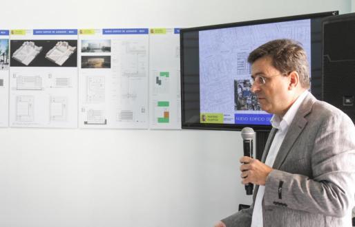 El arquitecto Roberto Santatecla, esta mañana, explicando los detalles del proyecto.