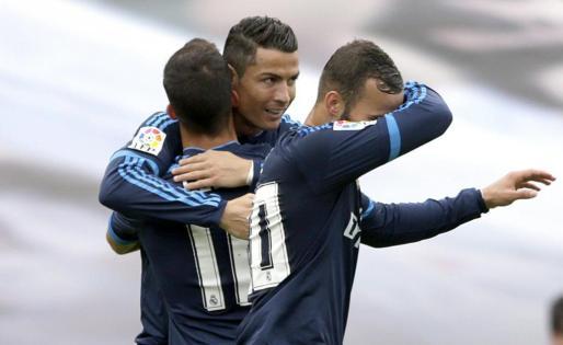 Cristiano Ronaldo celebra con sus compañeros la consecución del primer gol ante el Celta.