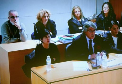 Rosario, de luto y con gesto lloroso, escucha el relato de su abogado seguido con la mirada por Basterra.