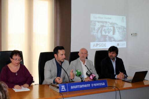 El alcalde de Vila, junto a la concejala de Turismo y los responsables de elaborar la app, durante la presentación de la aplicación móvil.