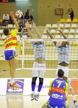 Raúl Muñoz ejecuta un remate ante dos jugadores del Río Duero.