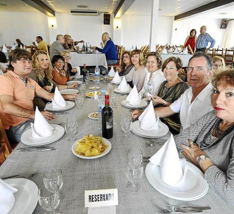 Imagen de algunos de los asistentes a la comida benéfica.
