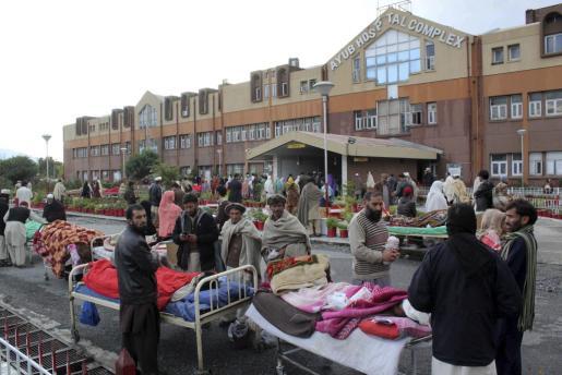 Heridos reciben atención médica en el aparcamiento de un hospital en Abbotabad tras el seísmo de 7,5 grados en la escala de Richter.