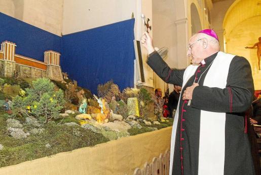El obispo de Eivissa y Formentera, Vicente Juan Segura, en una imagen del año pasado bendiciendo el belén.