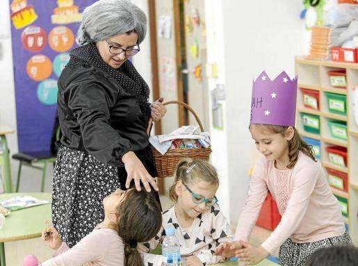 En el colegio Guillem de Montgrí los más pequeños conocieron este peculiar personaje. Foto: DANIEL ESPINOSA
