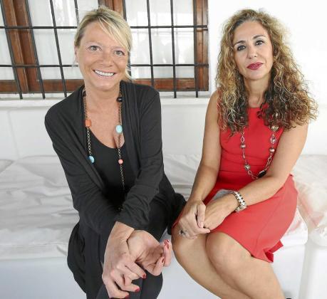 Patrizia Longarini (a la izquierda) y Marta Torres, en la galería P | ART de Ca Na Negreta durante el transcurso de la entrevista. Foto: ARGUIÑE ESCANDÓN