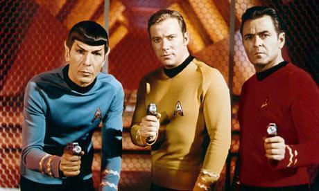 Tres de los protagonistas de Star Trek: el Doctor Spock, el Capitán Kirk y Bones.
