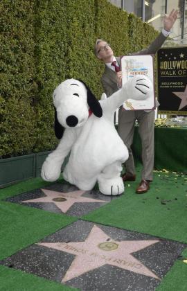 Representación del personaje animado Snoopy y el director estadounidense Paul Feig durante la ceremonia de inauguración de una estrella en honor de la popular caricatura en el Paseo de la Fama.