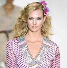La modelo Karlie Kloss abrió el desfile con el vestido Nieves, en honor a la madre de Cheward. Foto: IMAXTREE