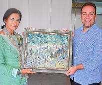 Maria Luisa Medina, a la izquierda junto a Francisco Tienda y su obra donada al Ayuntamiento.