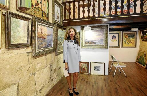 Ayer por la mañana la pintora y galerísta Marta Torres daba los últimos retoques para que a partir de hoy a las 18.30 horas todo luzca perfecto.
