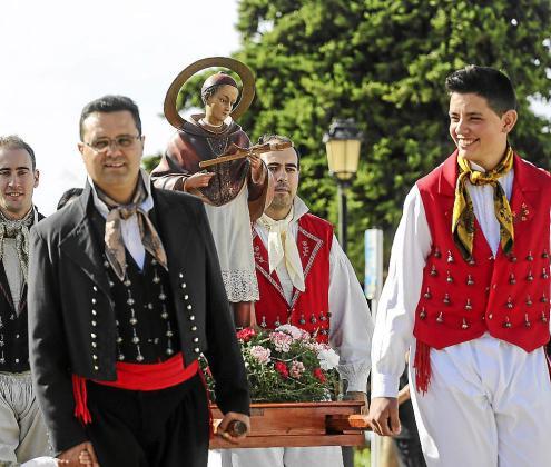 La festividad del patrón de Sant Carles lució explendida gracias a la buena temperatura que se registró durante toda la mañana.