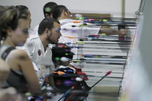 Raúl Riera observa su puntuación durante una competición disputada en Eivissa.