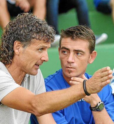 Luis Elcacho dialoga con Gerard Garcés durante un partido. Foto: TONI ESCOBAR