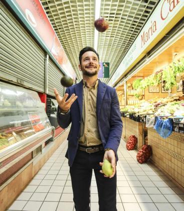 Rafa Ruiz dio clases de malabares y mostró su habilidad con varias frutas en el Mercat Nou de Vila. Foto: ARGUIÑE ESCANDÓN