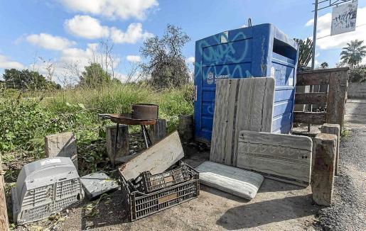 Basura acumulada en contenedores cercanos al núcleo urbano de Sant Antoni.