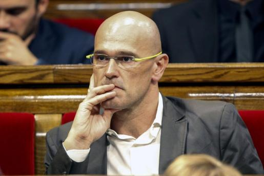 El diputado de Junts pel Si, Raül Romeva, escucha la intervención del candidato de su partido a la Presidencia de la Generalitat, Artur Mas, en el debate de investidura del nuevo presidente.