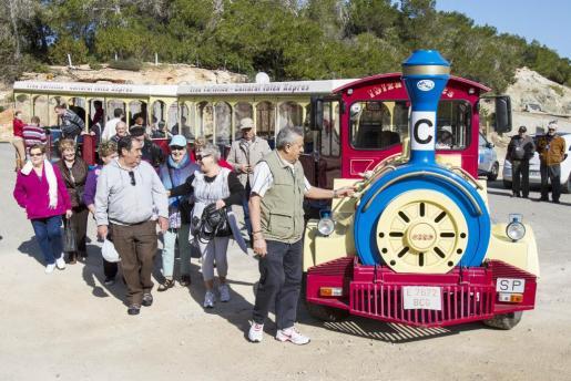Jubilados de Santa Eulària ejercen de guías de los turistas del Imserso. El grupo de turistas sénior, bajando del tren turístico en Poudes Lleó (Santa Eulària).