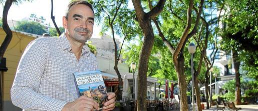 El autor catalán ayer por la mañana en la céntica Plaza del Parque de Eivissa. Foto: TONI ESCOBAR