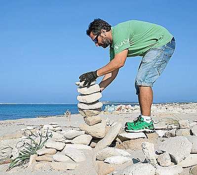 Un voluntario recogiendo las piedras. Foto: JUAN JUAN