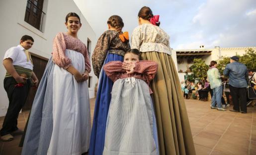 Varias balladores esperando su torno para bailar en Can Pep de sa Plana. Foto: ARGUIÑE ESCANDÓN