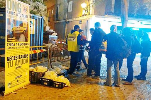 La ONG entrega bolsas con alimentos a personas sin recursos en la calle Aníbal de Eivissa.